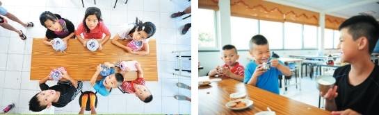 孩子们细心呵护手上的桶子,期待劳动后的收获。(左)吃到自己制作的冰淇淋,喜悦之情全写在脸上。(右)