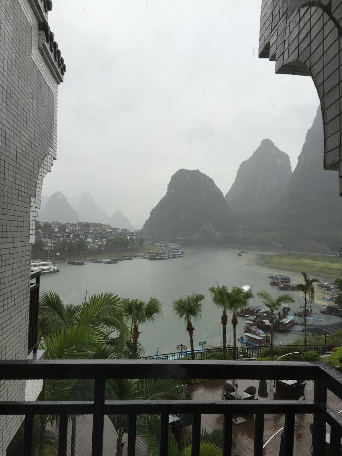 阳朔的酒店,一开窗,就见如诗如画的山水。