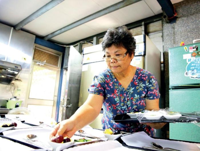 庄脚所在休闲农场厨房 此休闲农场的灵魂人物吴妈妈,正用心准备餐食给访客。