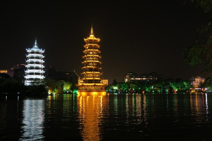 游桂林两江四湖;灯下的千变万化。