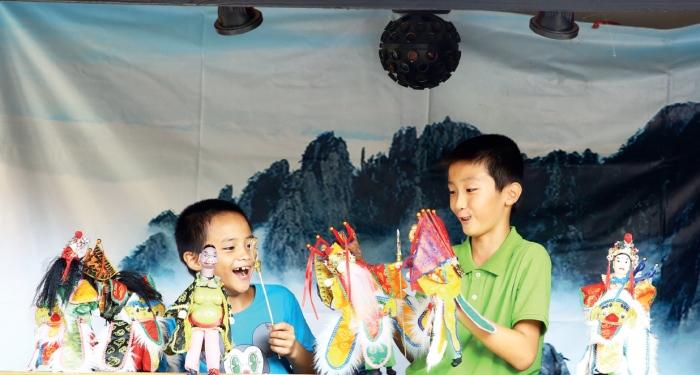 香格里拉休闲农场 小孩儿拿起传统的布袋玩偶,玩得不亦乐乎,童年本就该这样!