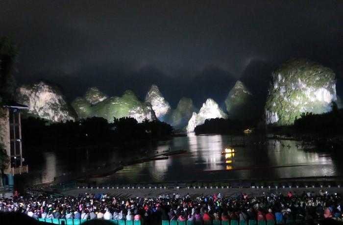 阳朔山水甲桂林;印象刘三姐以山水实景作为600名演员演出背景,非常震撼。