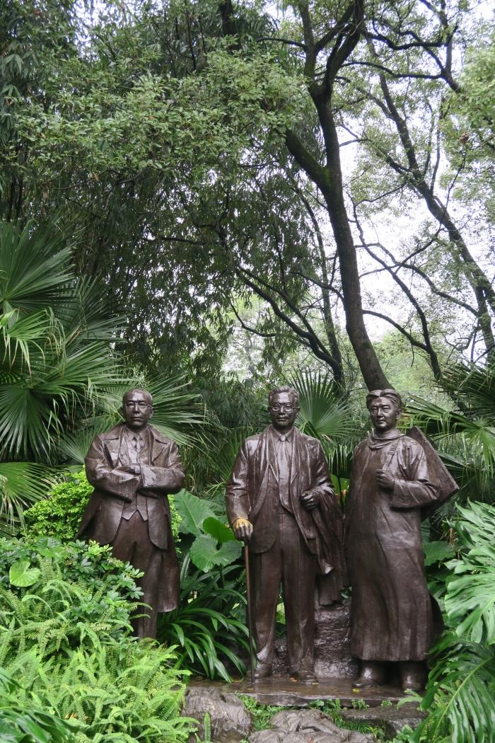 桂林訾洲岛的生态旅游中,也唤起了人们对文化文明的共鸣;优秀桂林先人雕塑像,景仰。