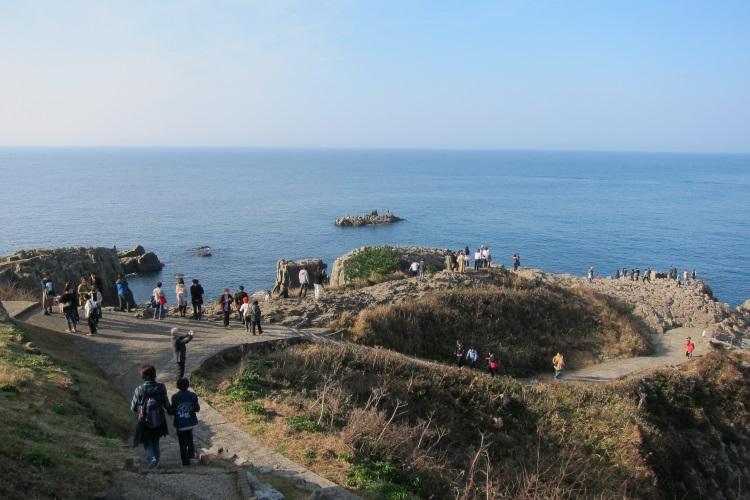 位于福井县北部的名景'东寻坊',不仅在日本就是在世界上也非常珍稀,全世界只有三处可见到这种岩柱,海浪拍岸、水珠飞溅,气势特别雄伟!'东寻坊'没有沙滩,只有陡立的石壁,石头的道路也干净的发亮。