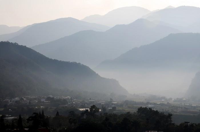 """走到天空步道的尽头,极目遥望""""山外山""""的壮丽奇景。"""