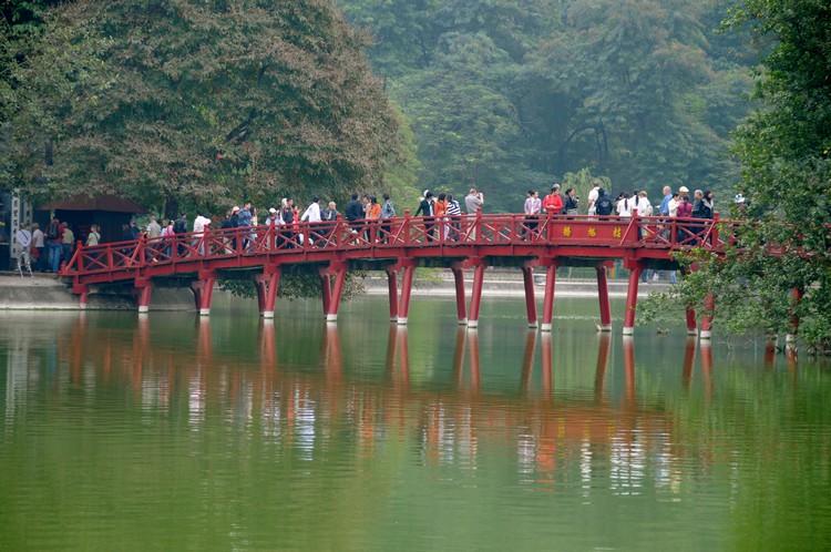 湖的另一边有座玉山寺(Ngoc Son),湖上红色显眼的棲旭桥,是进入玉山寺的唯一途径。