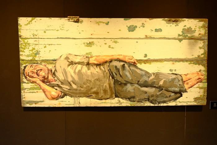 """outdoor""画在废弃的门板上。"