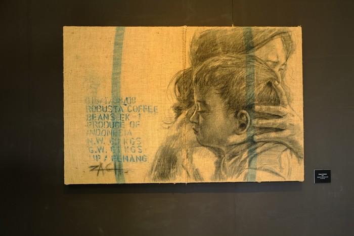 用炭笔画在麻布上,以扎实的画功呈献感人的作品。