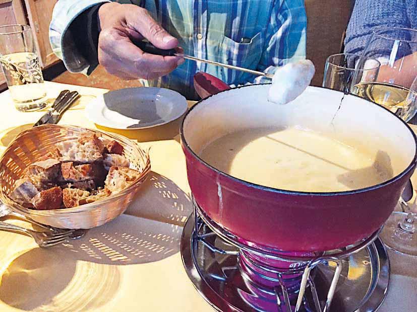 瑞士和德国的民间料理芝士火鍋(Cheese fondue),使用两种芝士和两种酒煮成,味浓而不腻。