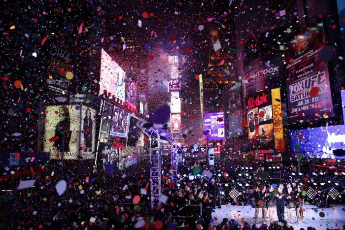 虽说爱看雪的人不爱暖冬,但当地人却会为此感到高兴!美国纽约时代广场更以暖冬作为推广今年倒数活动的噱头之一!