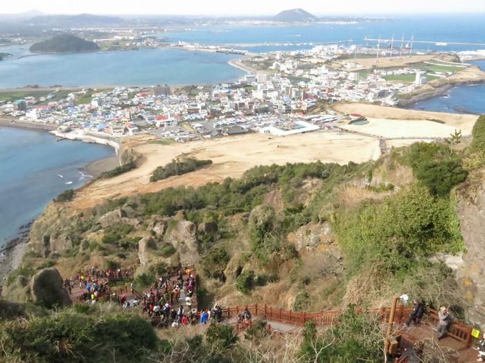 登顶中的景色,将济州岛沿岸景色尽收眼帘,非常漂亮。