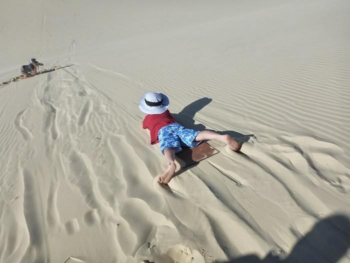 高坡滑沙(sand tobogganing)可是其中一个紧张刺激的游戏!
