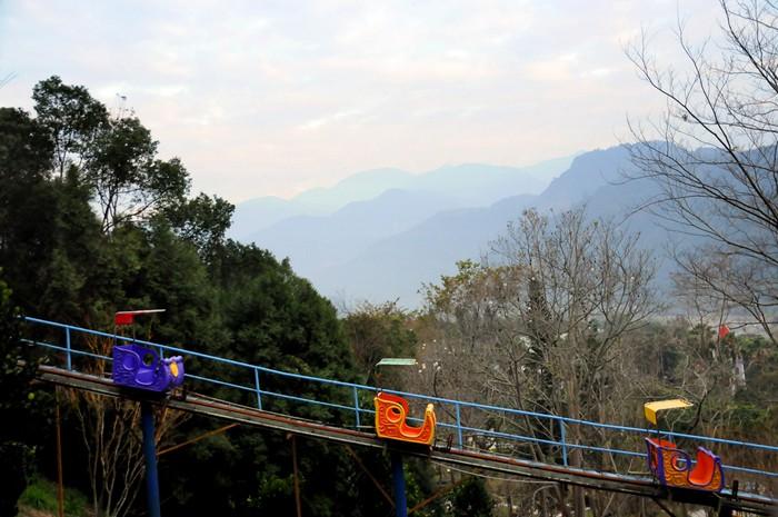 """乘搭""""高铁""""登山,身边还有山峦美景相伴。"""