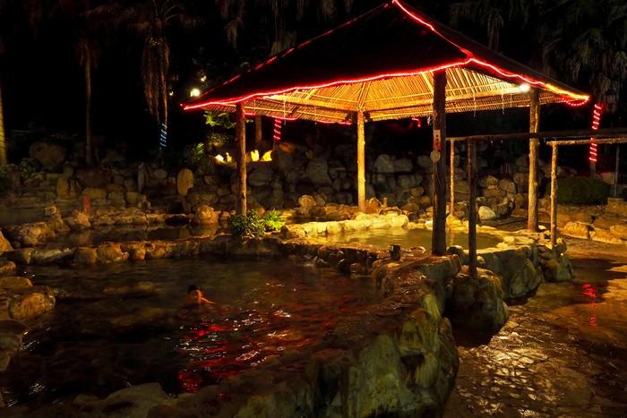 如果你有雅兴,不妨入夜后来温泉池泡一泡,舒解一天的疲劳。