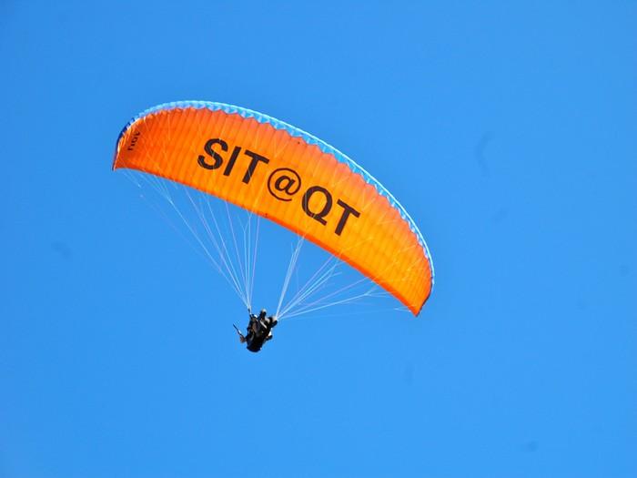 在Queenstown,只要抬头一看,都可以看见人们在玩降落伞。