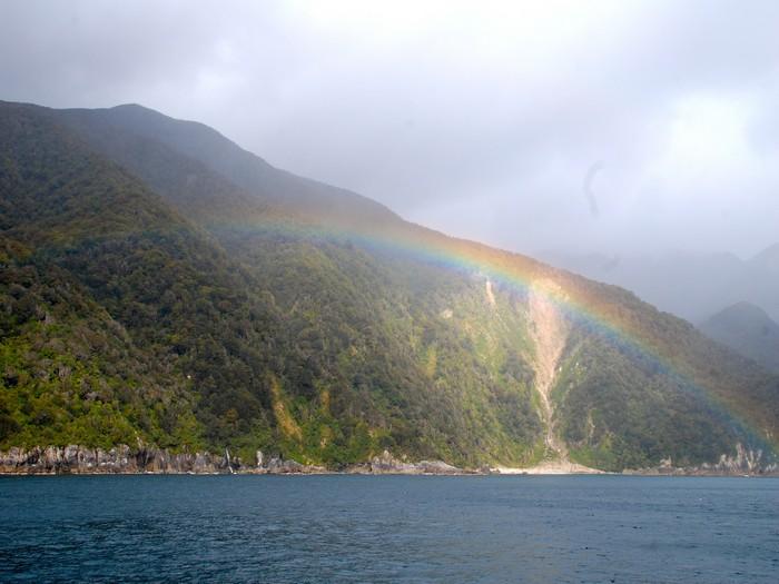 彩虹,让神奇峡湾变得更美了。
