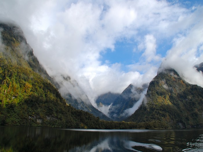 雾霭萦绕着山峦,如此美景,仿佛只有天上有。