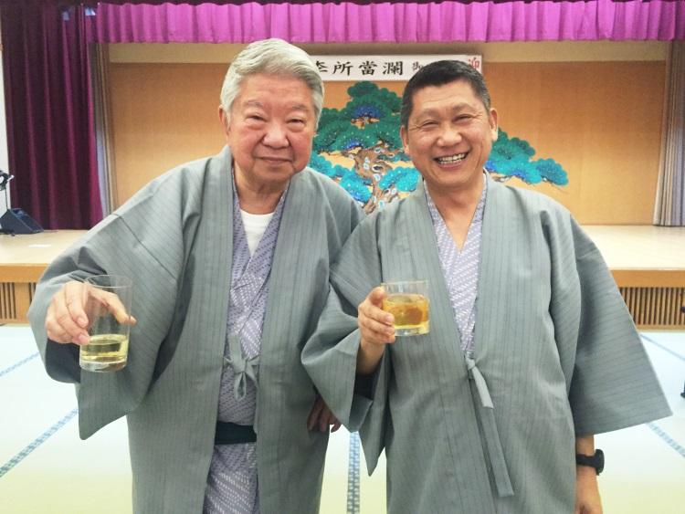 原本打算与李桑结为谊父子的香港著名美食家蔡澜(左),改为结拜兄弟。