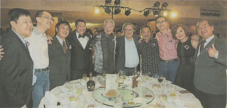 李益辉(左4起)和蔡澜与主桌贵宾搭肩合影,左起为何慕杰、巫光伦、矢天重信、钟廷森、张映坤、陈汉光、王翠玲和吴恒灿。