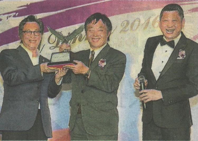 许育兴(左起)赠送飞鹰雕像给矢田重信。