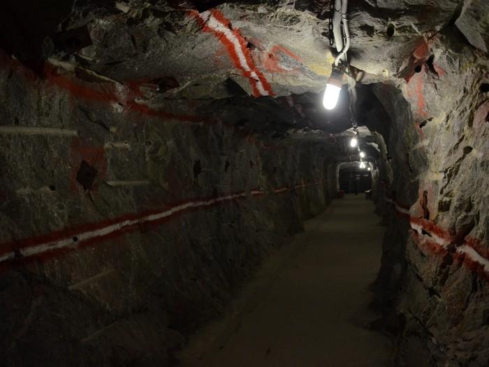 一起乘坐电梯到226米深的的老矿井参观当年的金矿!