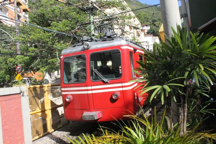 乘搭约20分钟的电动火车,一路上可观赏山区景色。