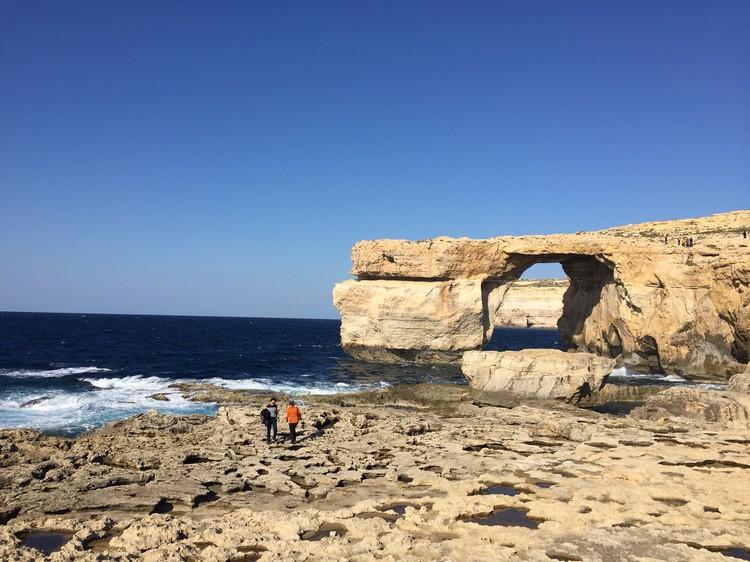 在Gozo岛,穿过这扇岩石门;象征一切都会更好!