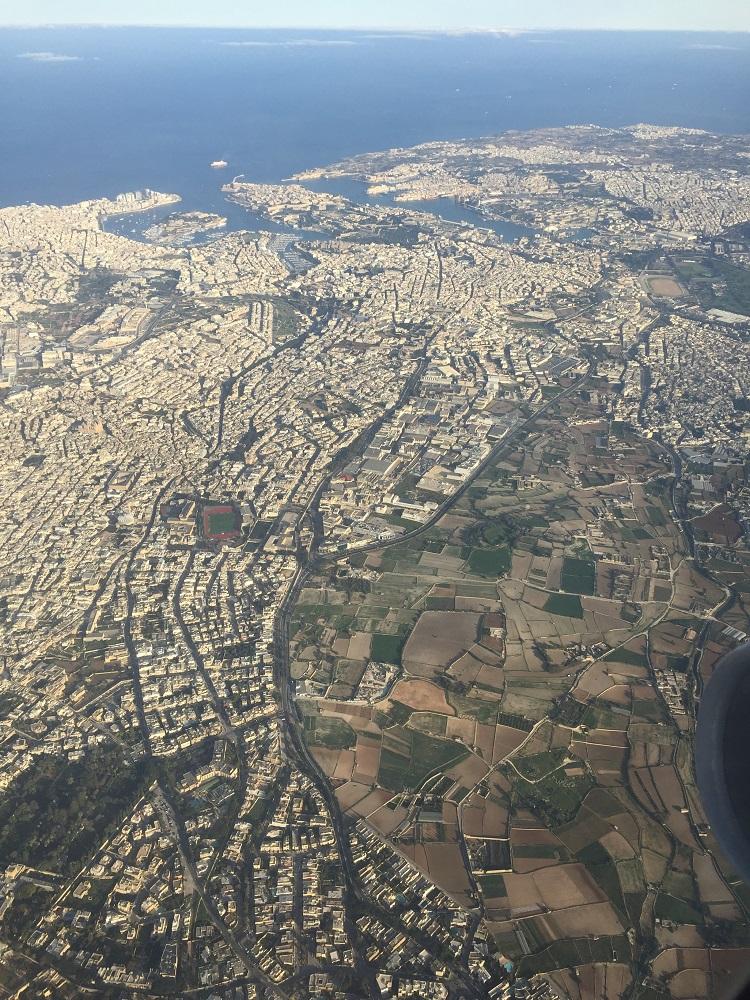 从飞机上拍摄下的马尔他主岛;密集的住宅。