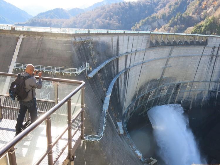 黑部水坝的声势浩大,据说畏高者走近一点,就会马上惊醒细胞内的惧高因子。