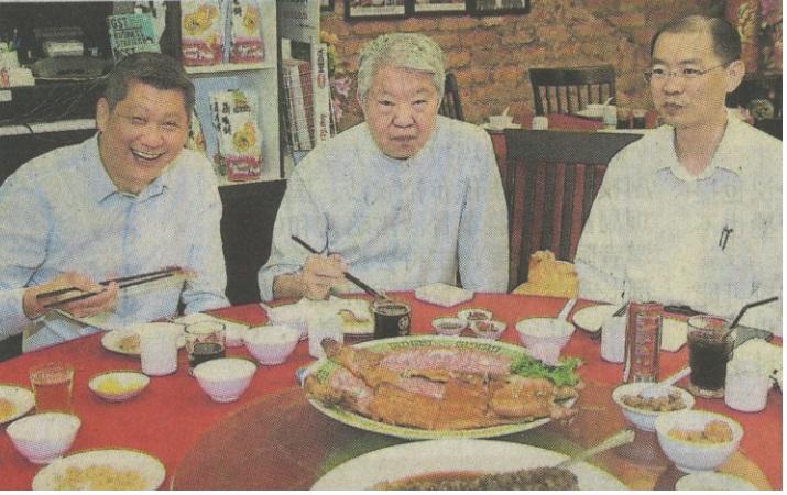 """蔡澜(中)在潮顺隆餐馆品尝潮州佳肴。左起为李益辉及""""印象马六甲""""总执行长巫光伦。"""