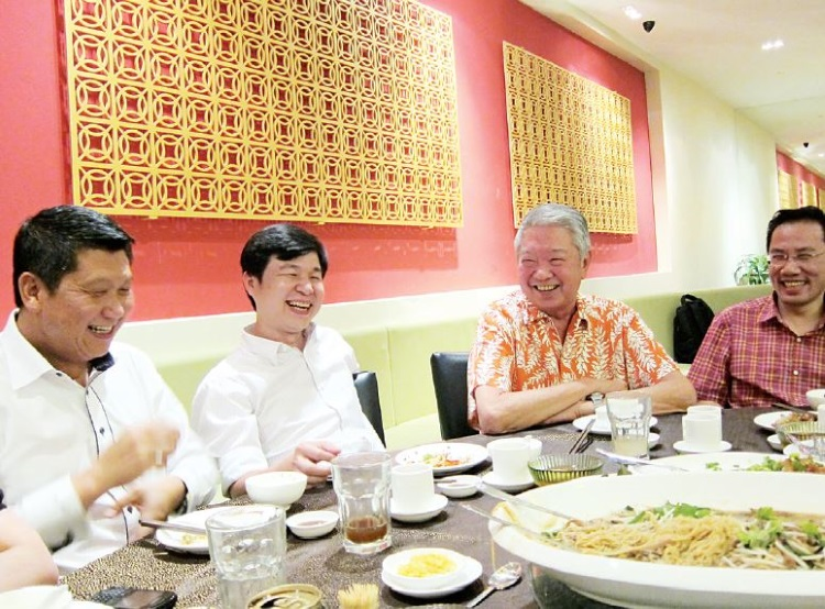2011年,蔡澜70岁生日,在友人的穿针引线下,李桑成了蔡澜70大寿的座上嘉宾,两人一见如 故,在席上相谈甚欢。