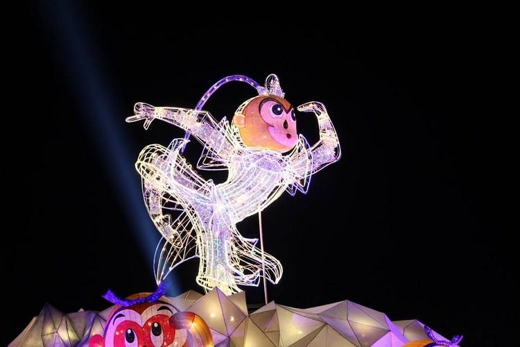 夜晚时分,灯饰亮起,灵猴在夜色中也不逊色于白天的朝气!