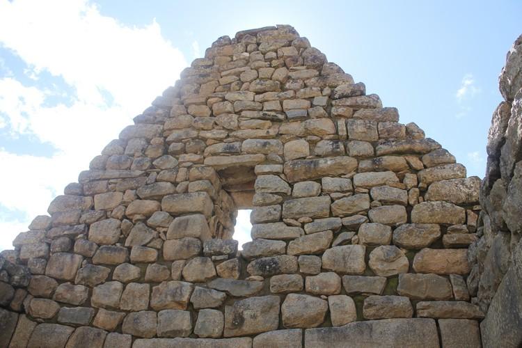 有研究学者评论说,马丘比丘的砖石建筑是令人难以置信的奇观。能把巨大的花山岗岩石块砌在一起,无使用砂浆,加上各种不同形状的石块,还能精确拼合起来。在没有科技代步的时代这简直是个奇迹。