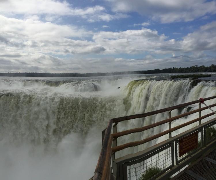 """伊瓜苏瀑布,由于天然地理造就水势倾泻而下时像是深不可测的地带,因而有人说他是""""魔鬼之喉""""。"""