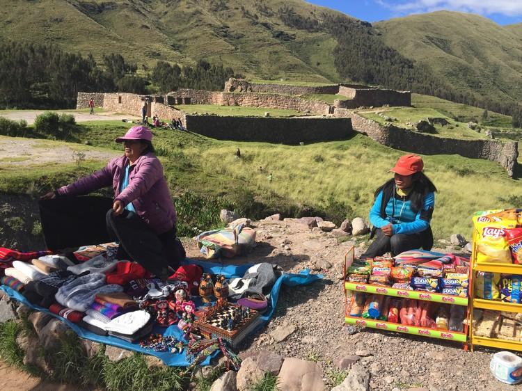沿途可看见部落族人在路边售卖纪念品维持生计。