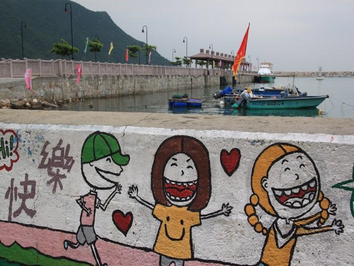 大澳渔港的堤坝上,画了可爱童趣的壁画。