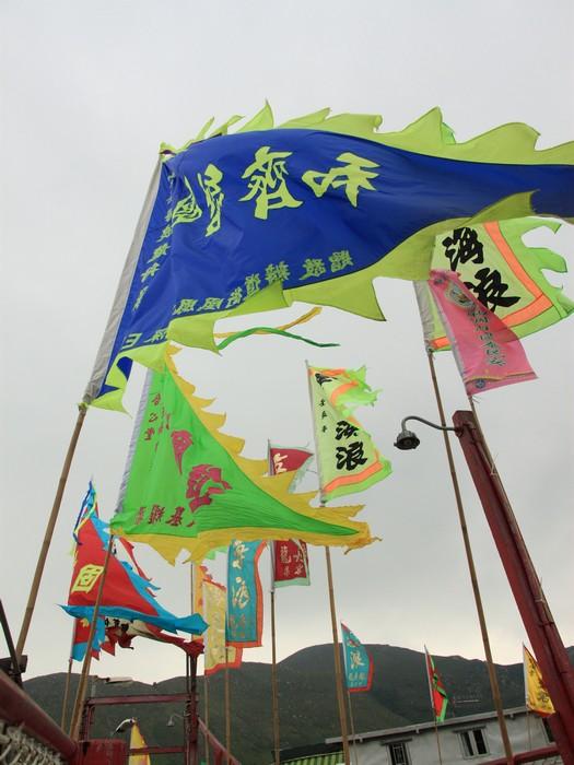 渡桥上插满了五颜六色的「龙舟」旗。