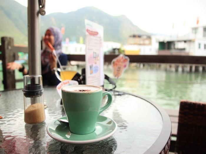 依着水边喝一杯咖啡,很是写意。