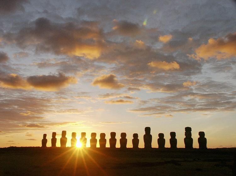 面向海洋的复活岛,在岛上看日落,看着阳光映在石像上,有种寂静之美。