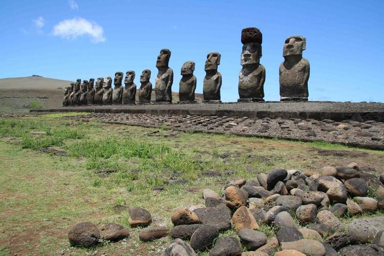 散布在岛上的摩埃石像,至今仍是未能全解的文明之谜。