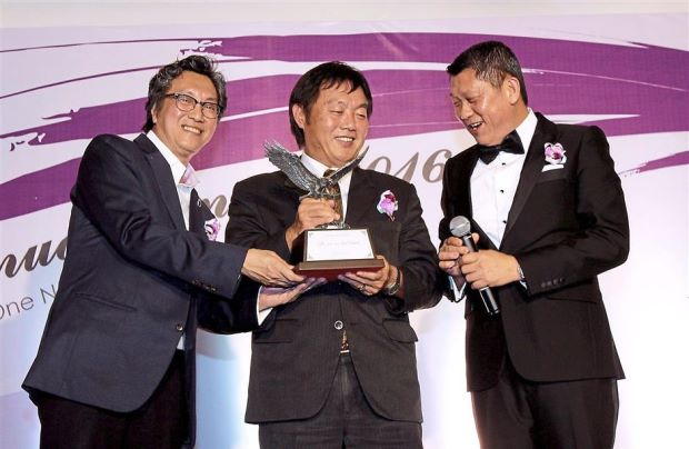 Japan Embassy in Malaysia ex-first secretary Shigenobu Yada (centre) receiving a token of appreciation from Koh (left) and Lee.