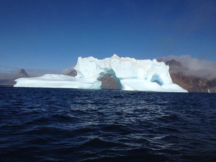 是否让你联想到铁达尼号撞上冰川呢?