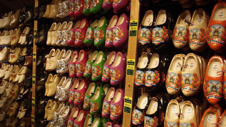 遊客們還可以依據尺寸選擇各式各樣的木鞋當手信喔,可不能空手而回吧。 木鞋在荷蘭歷史悠長,別具意義。