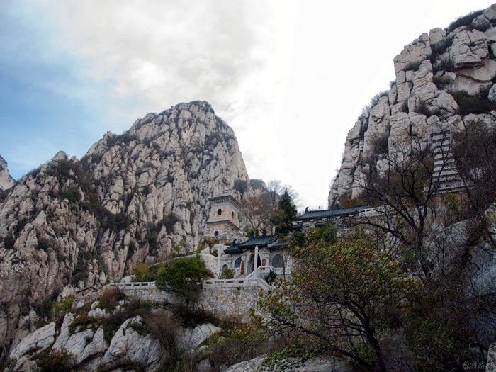 高耸的岩山虽触不及苍穹,但依旧魄力十足。