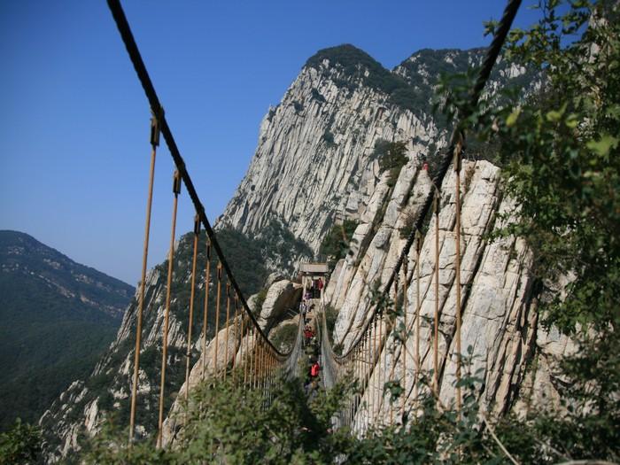 这座吊桥,不是每个人都有勇气跨过去的。