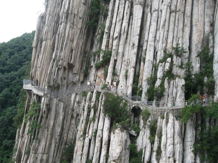 走游在自古至今、纹理特异的岩山傍,别有一番滋味。