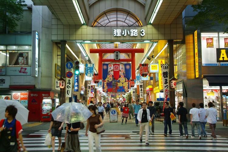 狸小路是当地著名的商店街,热爱购物的你别忘了到这里淘宝哟!