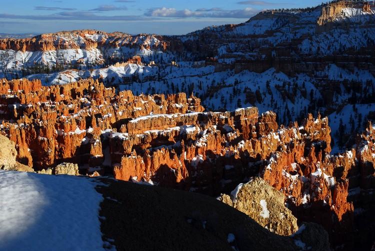 白雪覆上红色峡谷,美丽又壮观。