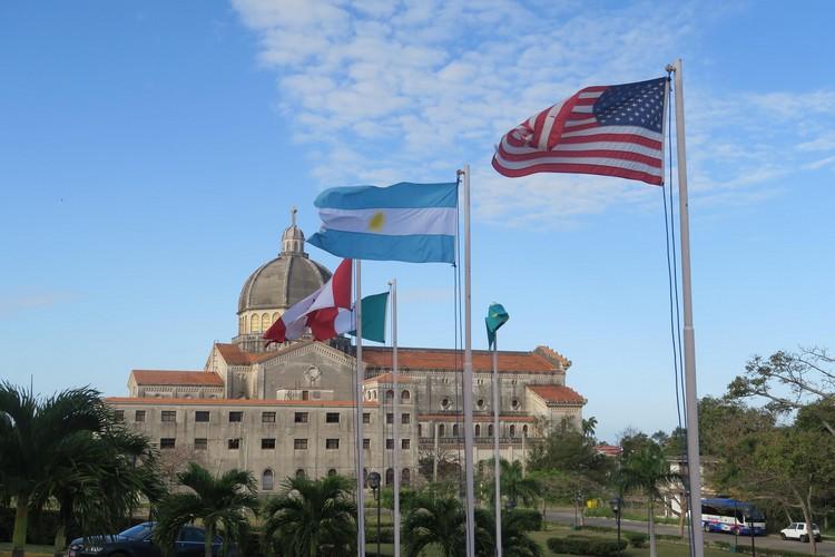 预想不到55年后,美国国旗在古巴大教堂外飘扬。