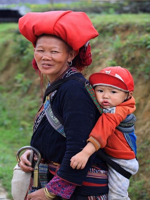 老妇人腼腆的笑容,让人不自觉地回以一笑。